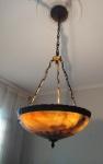 Antigo lustre em bronze e alabastro, medindo com a corrente 105 cm por 40 cm de diâmetro.  Este lote deverá ser retirado na residencia na tijuca com prévio agendamento agendamento.