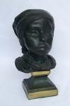 Escultura em bronze maciço representando Marujo atribuida a Rodolfo Bernardelli, não possui assinatura,  medindo 21 cm de altura total, fixada em base de metal medindo 8 cm por 8 cm.