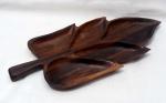 Jean Gillon, petisqueira em jacaranda década de 60 com cinco divisões medindo 5 cm de altura por 44 cm por 19 cm.