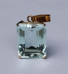 Pingente com belíssima pedra de água marinha, armação em ouro 18 kilates medindo 2,3 cm 1,8 cm por 1,0 cm e pesando 12 g (Peso bruto).