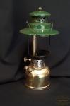 Antigo Lampião A Gás, querosene  em  metal  da Manufatura Coleman , Americano. Medida 32 cm de altura